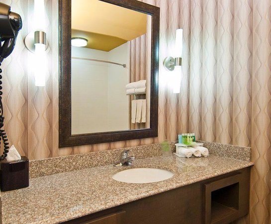 Holiday Inn Express Olive Branch: Guest Bathroom