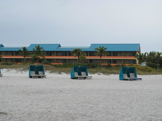 'Tween Waters Island Resort & Spa : our room was directly across the street from these cabanas