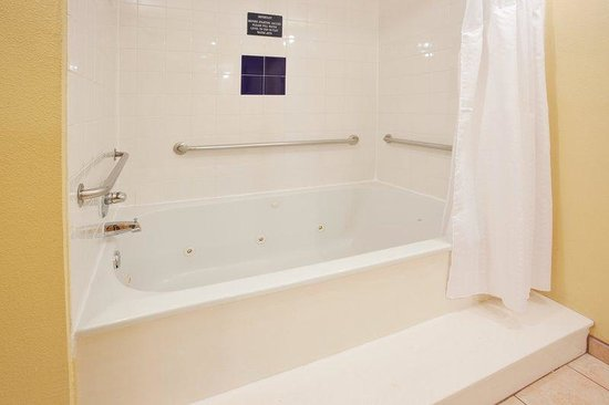 Holiday Inn Express & Suites Arlington: Jacuzzi Tub - Jacuzzi Suite Tub