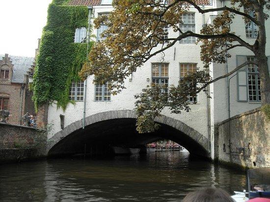 Boottochten Brugge : tra poco ci passeremo sotto