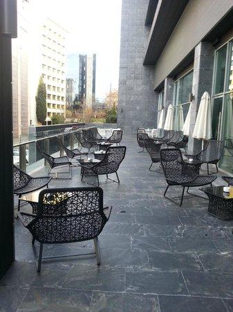 ILUNION Atrium : Area de restaurant externa, en invierno cerrada
