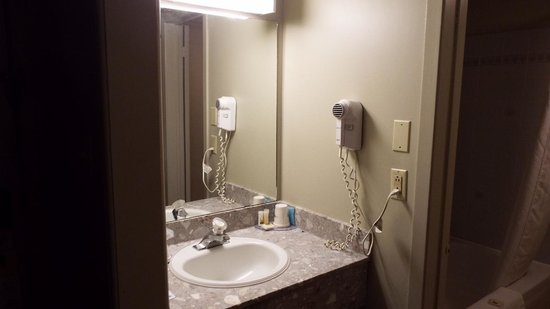 Ramada Kingston Hotel and Conference Center: Days Inn, Large Separate Clean Bathrooms