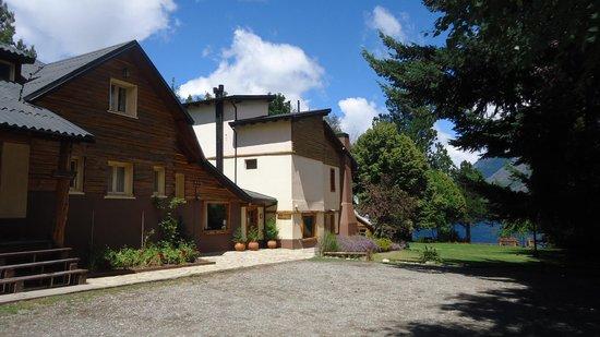 Lago Gutierrez Lodge: Fachada principal del hotel / estacionamiento