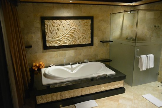 The Royal Pita Maha: nice big bath tub