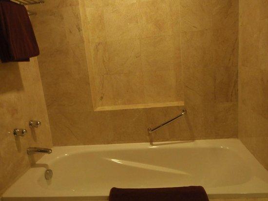 Grand Surya Hotel Kediri: Bathtub