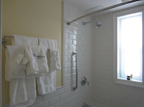 The Raphael Hotel, Autograph Collection : Warm, inviting bathroom