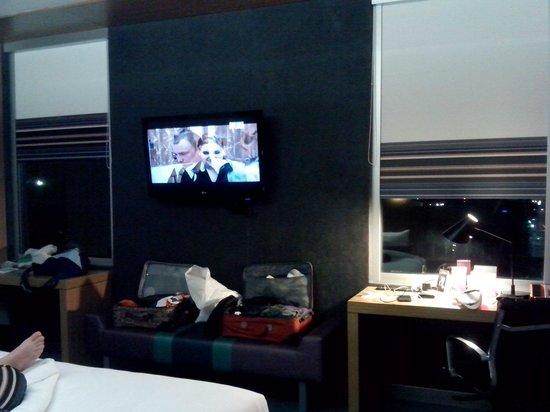 Aloft San Jose Hotel: Viendo tv