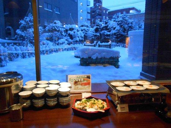 Sapporo Excel Hotel Tokyu : 1階の朝食会場から見えた雪化粧の庭