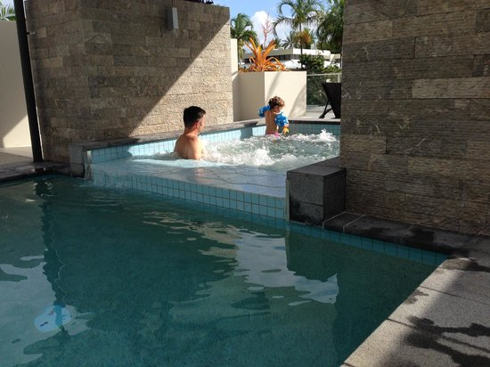 Coconut Grove Apartments: Your own private Spa and Pool