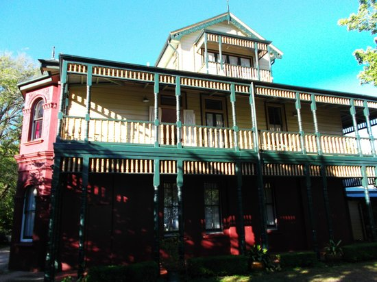 Leura House : View of front elivation