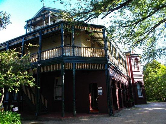 Leura House : Rear Corner showing wrap-round balcony