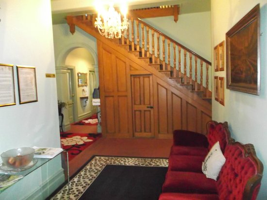 Leura House : Authentic panelling and staircase