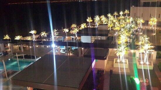 Crowne Plaza Abu Dhabi - Yas Island : swinging pool at night