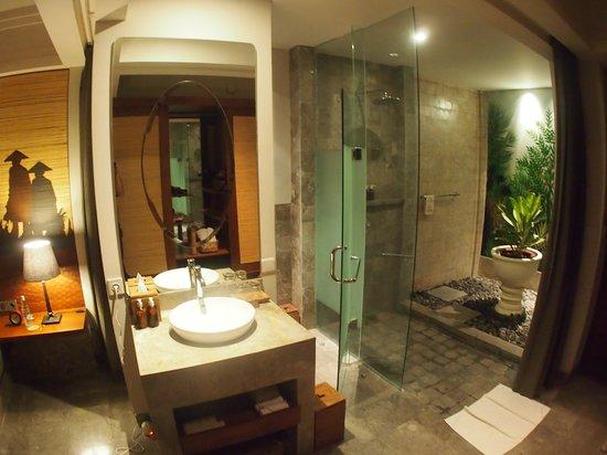 Alaya Resort Ubud: 解放感あるトイレ&バスルーム