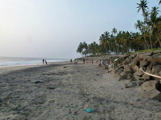 Keratheeram Beach Resort : Black Beach