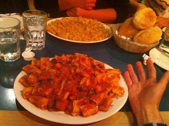 Anton's Pasta Bar: トマトソースベースのチキンとオリーブのスパイシーパスタ