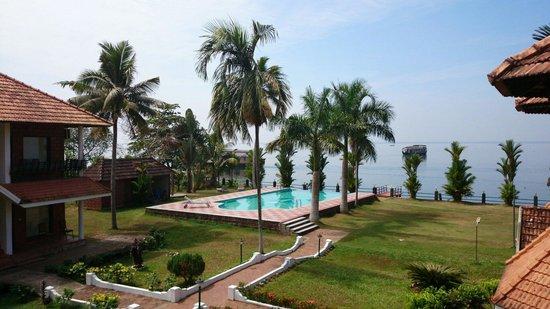 Leisure Vacations Goldfield Lake Resort: Vue sur.la piscine et sur le lac depuis le balcon de notre chambre