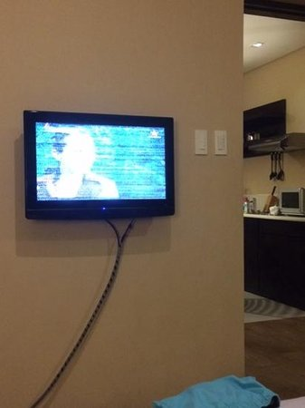 Summit Ridge Tagaytay : Our grainy LCD TV in the Master's Bedroom