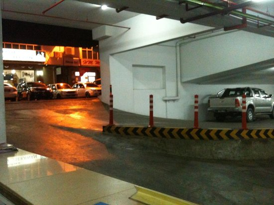 LA Hotel: Entrance to the basement floor parking