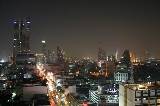 Furama Silom: Rooftop pool view at the evening