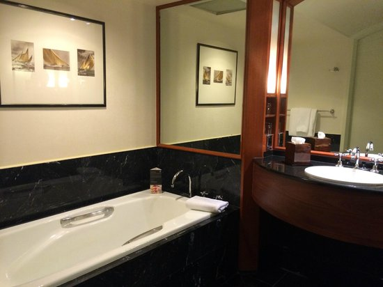 Sheraton on the Park, Sydney : Sumptuous deep bath, easy to relax into