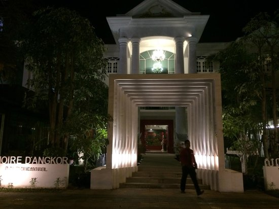 Memoire d' Angkor Boutique Hotel: View of entrance at night.