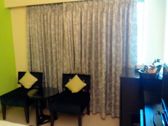 Citrus Hotel Lonavala: Sofas on the side- small cosy room