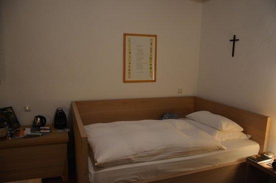 Kloster Hornbach: Gemütliches Bett in der Pilgerzelle