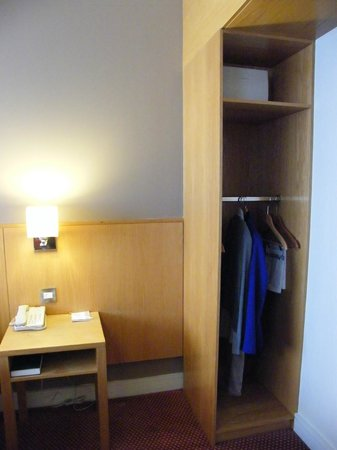 CityNorth Hotel & Conference Centre: wardrobe