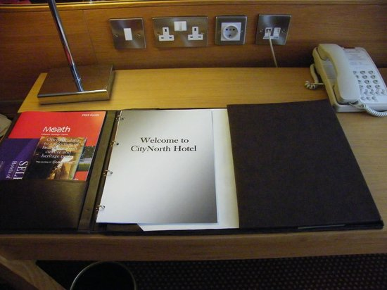 CityNorth Hotel & Conference Centre: desk