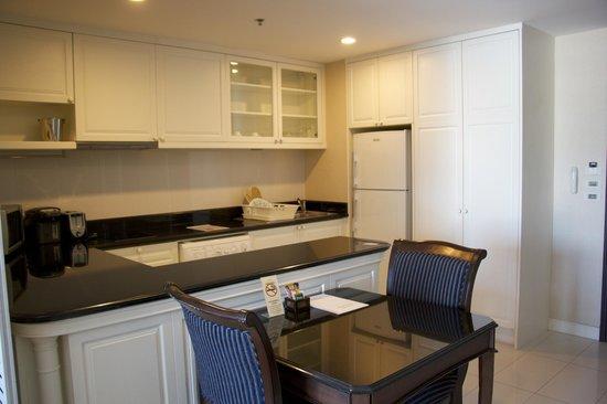 Grande Centre Point Hotel Ratchadamri: Kitchen area - Suite