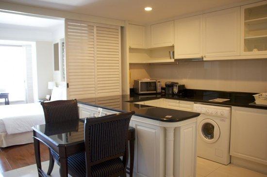 Grande Centre Point Hotel Ratchadamri: Kitchen area looking towards bedroom - Suite