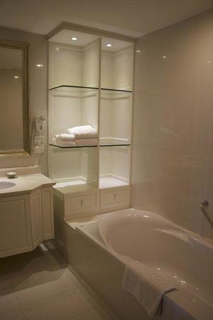 Grande Centre Point Hotel Ratchadamri: Bathroom - Suite