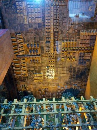 Dom Henrique Hotel: Giardino interno.....con vista dal ristorante della colazione