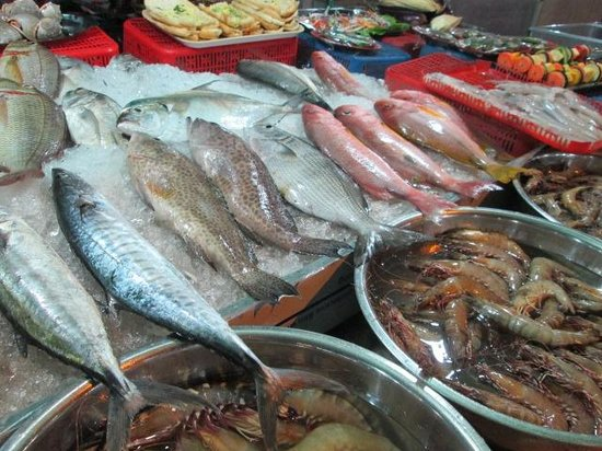 Dinh Cau Night Market: Setting up the fresh seafood in the afternoon