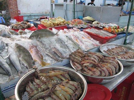 Dinh Cau Night Market: More seafood on display