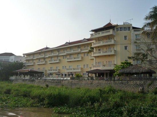 Victoria Chau Doc Hotel: Hotel vom Mekong aus gesehen.