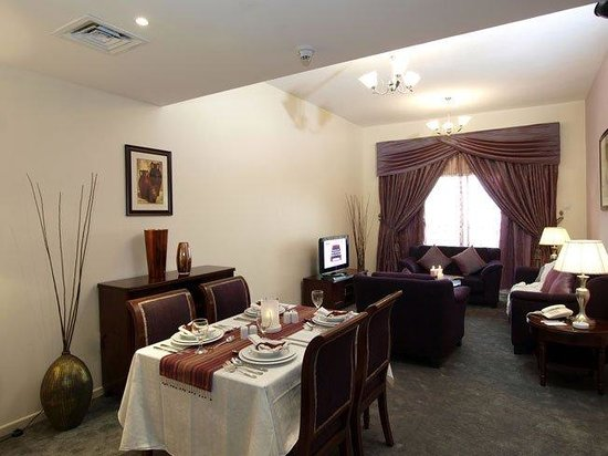 Baity Hotel Apartments: Executive Suite Living Room