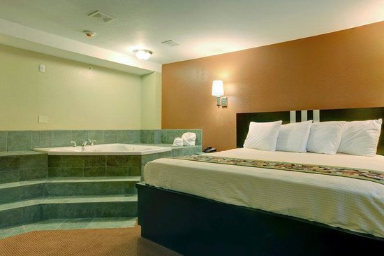 Americas Best Value Inn: King Jacuzzi Suite
