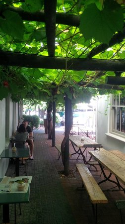 Deluxe Coffeworks : Nice shady spot for a coffee