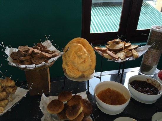 Club Koggala Village : buffet avec décoration moissie