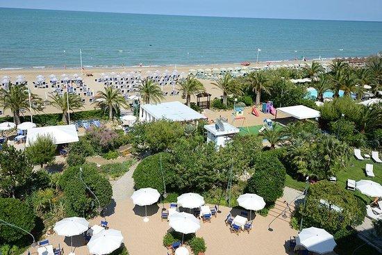 Hotel Parco delle Rose: Panorama del giardino e spiaggia