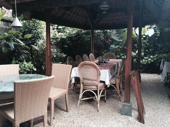 Poppies Restaurant: Tables in the secret garden