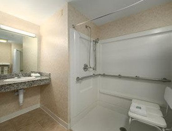 Baymont Inn & Suites Lexington : ADA Bathroom