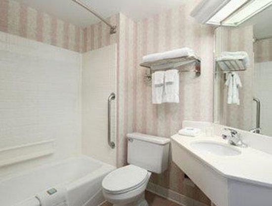 Baymont Inn & Suites Lexington : Bathroom