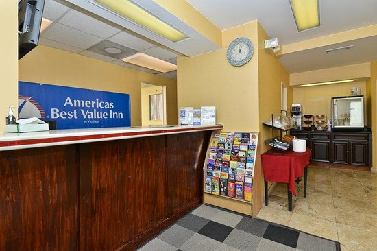 Americas Best Value Inn - Downtown / Midtown: Front Desk
