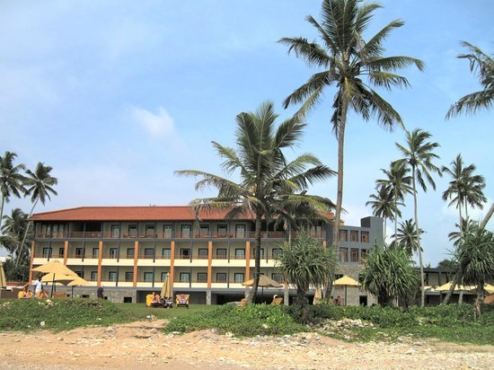 Jetwing Lighthouse: The new spa wing of the hotel from the beach
