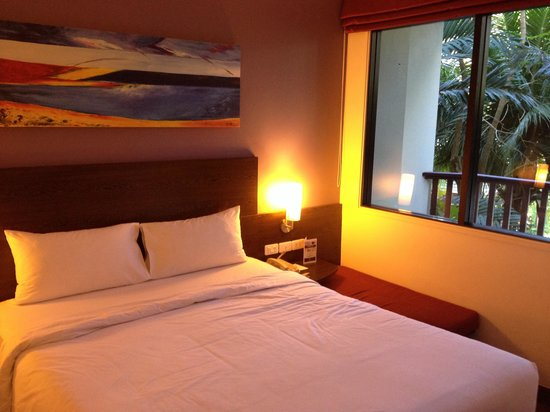 ibis Phuket Patong: Double bed in family room