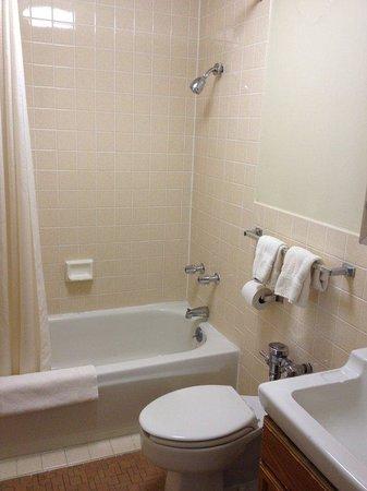 IHG Army Hotel - Presidio of Monterey : Bathroom