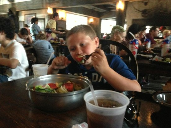 The Wizarding World of Harry Potter : Eating at The Three Broomsticks